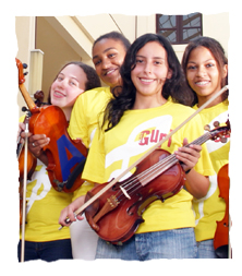 Meninas sorrindo com instrumentos musicais na mão